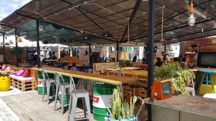 La Platea, la plaza de foodtrucks inaugurada este año cuenta con objetos reciclados dentro de su decoración.
